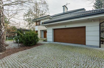 Bramy garażowe Lublin. Zdjęcie przedstawia przykładową bramę garażową segmentową w nowoczesnym budownictwie. fot. fotolia.pl